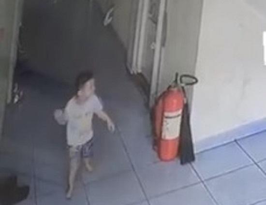 Rơi lan can từ tầng 3 chung cư, bé trai 20 tháng tuổi nguy kịch - Ảnh 1