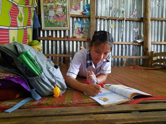 Xót xa số phận cô học trò nghèo mồ côi, sống trong tình thương của bà ngoại già yếu - Ảnh 1