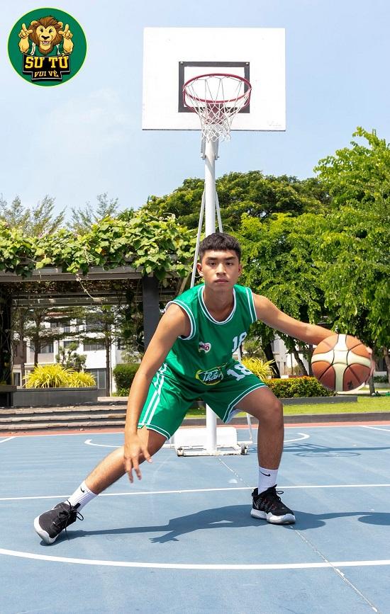 Will - Cường Seven toát mồ hôi khi hướng dẫn học trò tạo dáng với bóng rổ - Ảnh 1