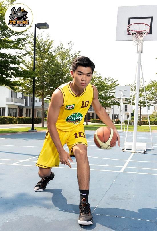 Will - Cường Seven toát mồ hôi khi hướng dẫn học trò tạo dáng với bóng rổ - Ảnh 2