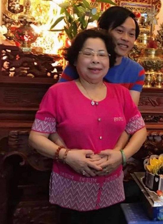 Xót xa hình ảnh NSƯT Hoài Linh tiều tụy, suy sụp khi tiễn đưa người dì quá cố  - Ảnh 3