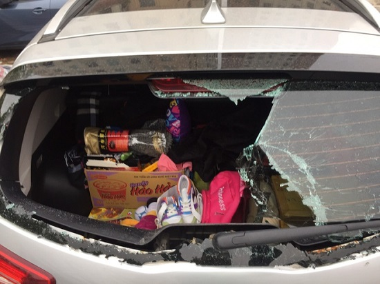 Hà Nội: Ô tô bị đập vỡ kính khi đỗ dưới chân tòa nhà  - Ảnh 1