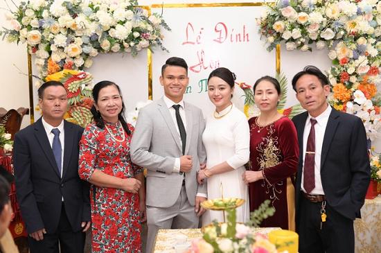Hậu vệ Phạm Xuân Mạnh và bạn gái tổ chức lễ đính hôn  - Ảnh 1