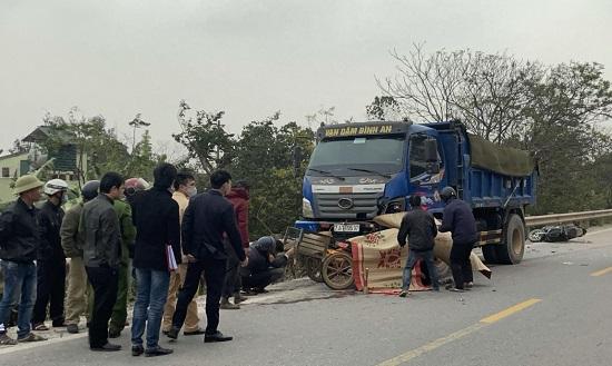 Quảng Bình: Xe máy bị cuốn vào gầm xe tải, hai bố con tử vong tại chỗ  - Ảnh 1