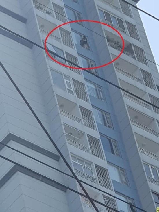 TP. HCM: Giải cứu cô gái định tự tử từ tầng 15 của tòa chung cư  - Ảnh 1