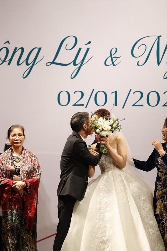 Khoảnh khắc NSND Công Lý ngại ngùng khóa môi bạn gái Ngọc Hà trong lễ cưới - Ảnh 5