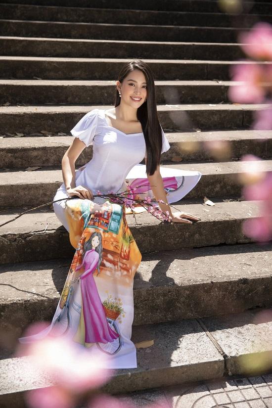 """Hoa hậu Tiểu Vy """"đốn tim"""" người xem với nụ cười tỏa nắng trong bộ áo dài rực rỡ sắc xuân  - Ảnh 1"""