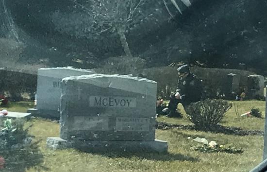 Người bí ẩn quỳ gối trước mộ con trai quá cố của Tổng thống Biden khi ông tuyên thệ nhậm chức - Ảnh 1