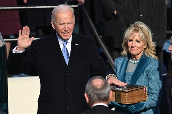 Người bí ẩn quỳ gối trước mộ con trai quá cố của Tổng thống Biden khi ông tuyên thệ nhậm chức - Ảnh 2