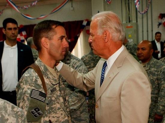 Người bí ẩn quỳ gối trước mộ con trai quá cố của Tổng thống Biden khi ông tuyên thệ nhậm chức - Ảnh 3