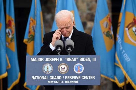 Người bí ẩn quỳ gối trước mộ con trai quá cố của Tổng thống Biden khi ông tuyên thệ nhậm chức - Ảnh 4