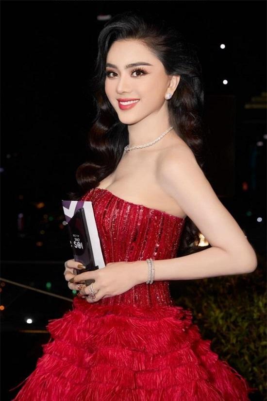 """Lâm Khánh Chi khoe nhan sắc lộng lẫy cùng """"combo"""" nhẫn kim cương """"siêu to khổng lồ"""" và xe sang tiền tỉ  - Ảnh 2"""
