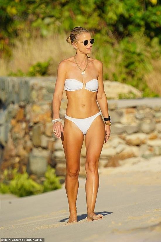 """Mỹ nhân 2 con thả dáng """"nóng bỏng"""" ở bãi biển trong bộ bikini trắng muốt  - Ảnh 1"""