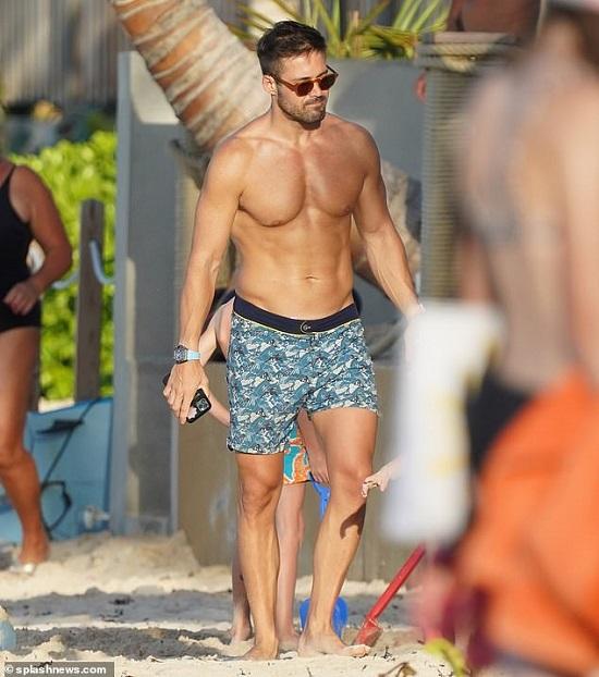 """Mỹ nhân 2 con thả dáng """"nóng bỏng"""" ở bãi biển trong bộ bikini trắng muốt  - Ảnh 3"""