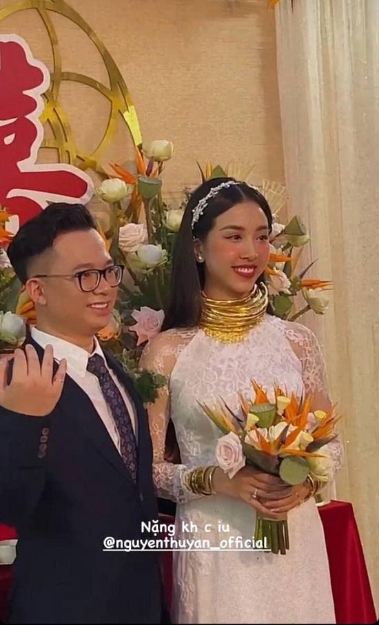 """Á hậu Thúy An đeo 13 cây vàng kín cổ trong lễ cưới, dân mạng thi nhau vào chia sẻ """"gánh nặng"""" - Ảnh 1"""