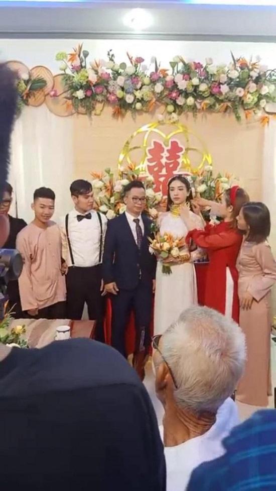 """Á hậu Thúy An đeo 13 cây vàng kín cổ trong lễ cưới, dân mạng thi nhau vào chia sẻ """"gánh nặng"""" - Ảnh 4"""