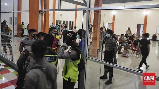 Vụ máy bay Boeing 737 mất tích: Người nhà các hành khách tập trung đông đúc tại sân bay  - Ảnh 1