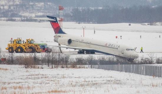 Máy bay Mỹ trượt khỏi đường lăn tại sân bay, không có người bị thương  - Ảnh 1