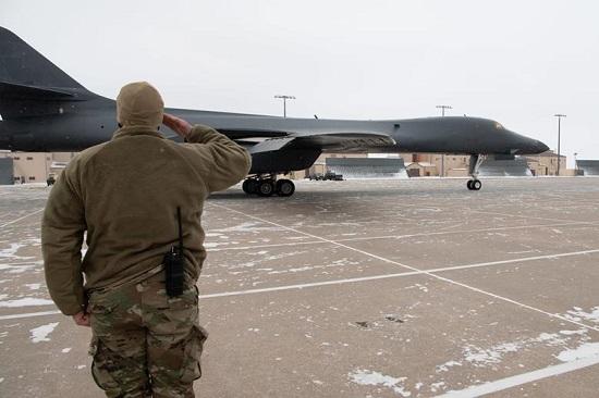 """Không quân Mỹ cho """"nghỉ hưu"""" máy bay ném bom B-1B đầu tiên - Ảnh 1"""