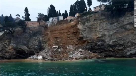 Ý: Nghĩa trang sụp đổ, khoảng 200 chiếc quan tài trôi xuống biển  - Ảnh 1