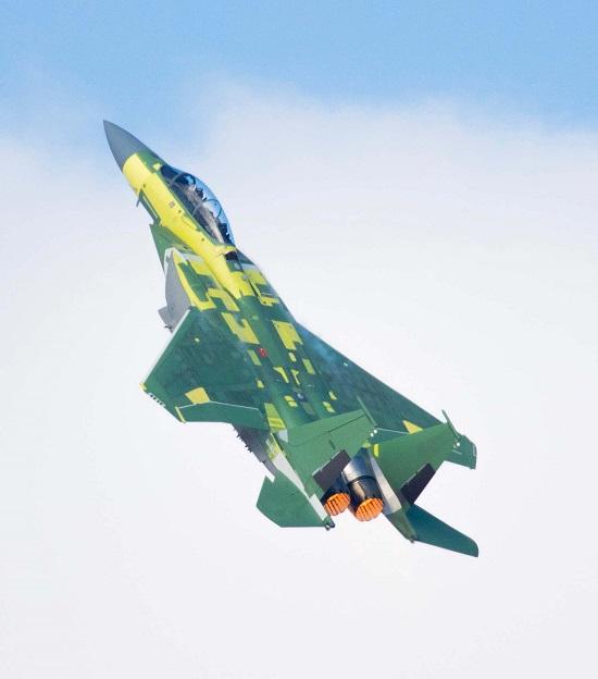 Tiêm kích F-15 hiện đại nhất thế giới hướng thẳng đứng lên trời - Ảnh 2