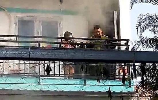 TP.HCM: Giải cứu bé gái bị mắc kẹt ở tầng 2 căn nhà bị cháy - Ảnh 1