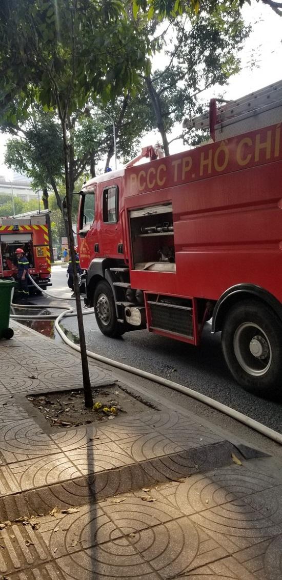 TP.HCM: Giải cứu bé gái bị mắc kẹt ở tầng 2 căn nhà bị cháy - Ảnh 3