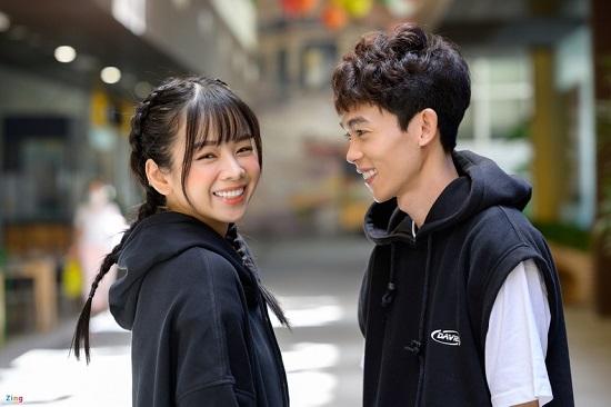 """Hậu tin đồn chia tay, DJ Mie xuất hiện cùng Hồng Thanh đi đón """"xế hộp"""" tiền tỷ  - Ảnh 1"""