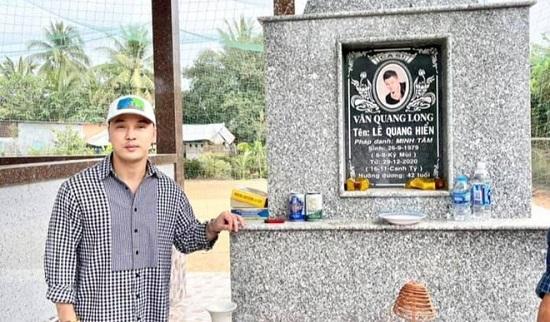 Vợ chồng Ưng Hoàng Phúc đến viếng mộ Vân Quang Long sau 1 tháng cố ca sĩ qua đời  - Ảnh 1