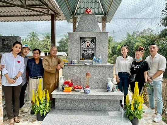 Vợ chồng Ưng Hoàng Phúc đến viếng mộ Vân Quang Long sau 1 tháng cố ca sĩ qua đời  - Ảnh 2