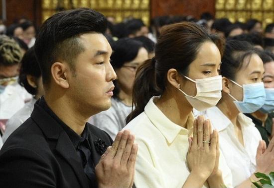 Vợ chồng Ưng Hoàng Phúc đến viếng mộ Vân Quang Long sau 1 tháng cố ca sĩ qua đời  - Ảnh 3