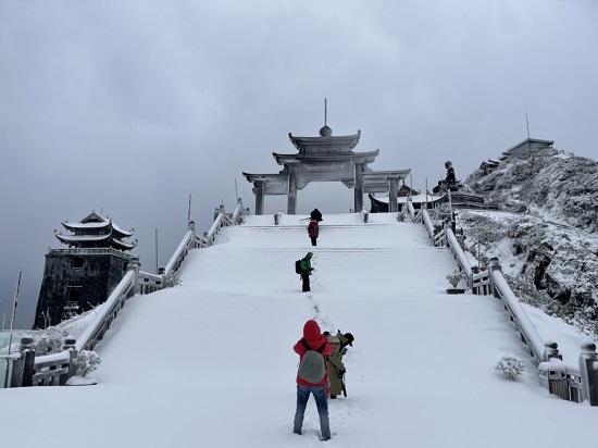 Mưa tuyết phủ trắng đỉnh Fansipan những ngày cuối năm, nhiệt độ xuống -3 độ C - Ảnh 2
