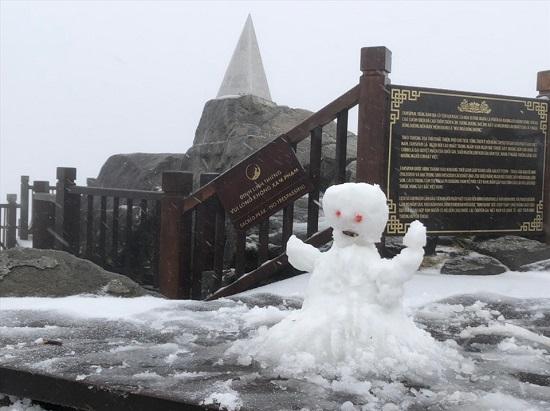 Mưa tuyết phủ trắng đỉnh Fansipan những ngày cuối năm, nhiệt độ xuống -3 độ C - Ảnh 4