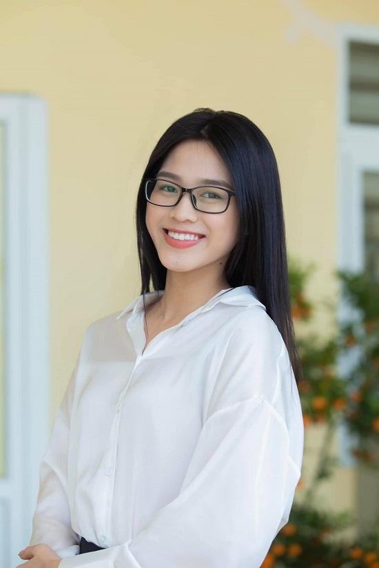 """Hoa hậu Đỗ Thị Hà """"check in"""" vở viết khi đi học, tự nhận chữ viết """"xấu gần nhất lớp""""  - Ảnh 3"""