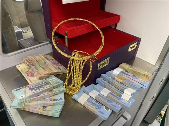 Hành khách đi máy bay bỏ quên vali chứa 315 triệu cùng nhiều vòng vàng  - Ảnh 1