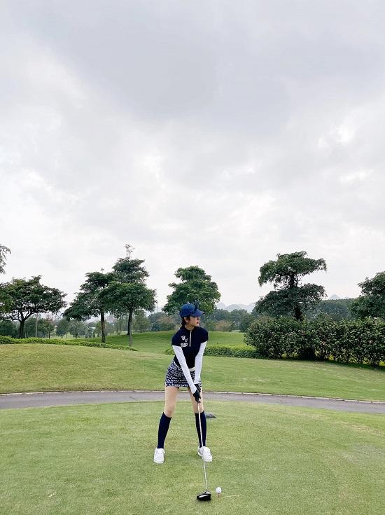 """Hoa hậu Jenifer Phạm khoe dáng nuột nà như """"gái chưa chồng"""" trên sân golf - Ảnh 2"""