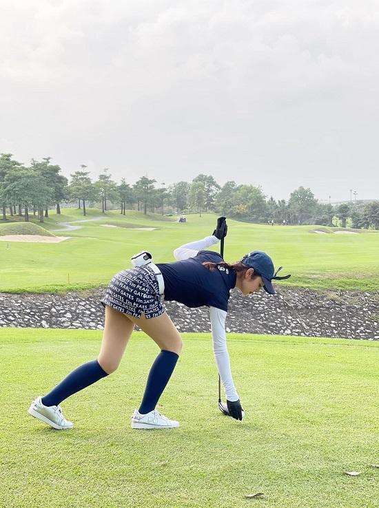 """Hoa hậu Jenifer Phạm khoe dáng nuột nà như """"gái chưa chồng"""" trên sân golf - Ảnh 3"""