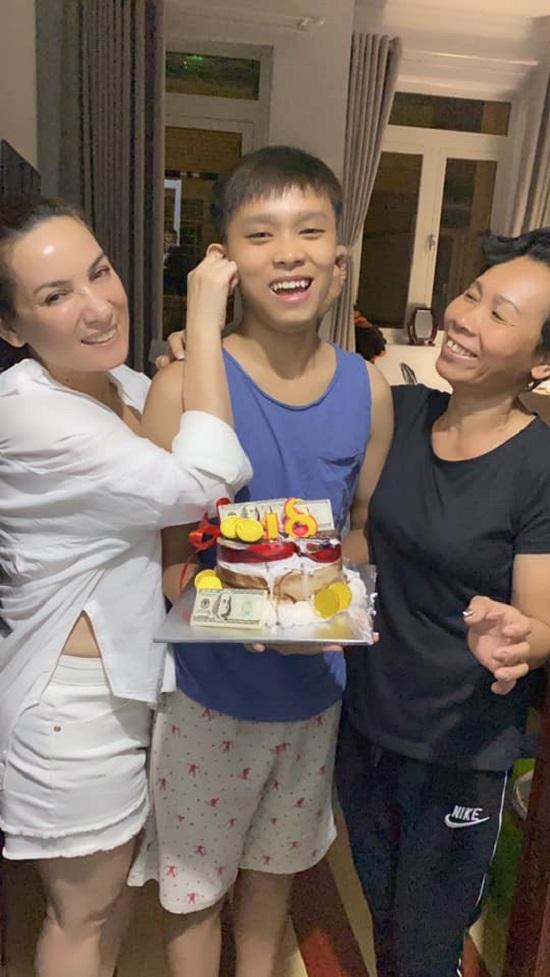 """Phi Nhung tổ chức sinh nhật 18 tuổi cho Hồ Văn Cường hậu nghi vấn """"mẹ con bất hòa""""  - Ảnh 4"""