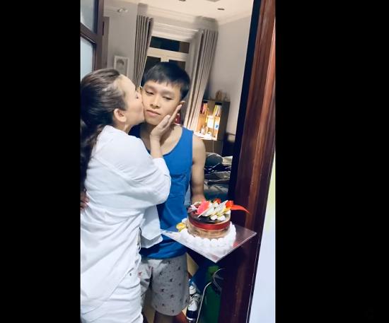 """Phi Nhung tổ chức sinh nhật 18 tuổi cho Hồ Văn Cường hậu nghi vấn """"mẹ con bất hòa""""  - Ảnh 3"""