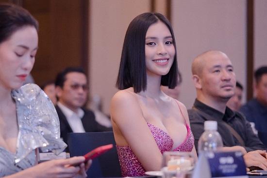"""Hoa hậu Trần Tiểu Vy khoe vòng 1 """"lấp ló"""" trong bộ váy chưa từng xuất hiện tại Miss Universe - Ảnh 2"""