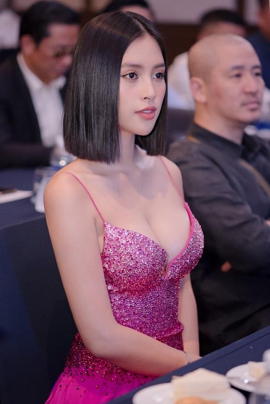 """Hoa hậu Trần Tiểu Vy khoe vòng 1 """"lấp ló"""" trong bộ váy chưa từng xuất hiện tại Miss Universe - Ảnh 3"""