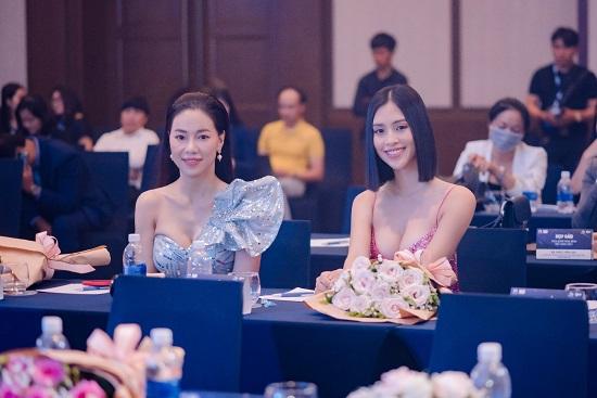 """Hoa hậu Trần Tiểu Vy khoe vòng 1 """"lấp ló"""" trong bộ váy chưa từng xuất hiện tại Miss Universe - Ảnh 4"""