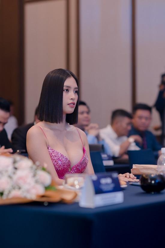 """Hoa hậu Trần Tiểu Vy khoe vòng 1 """"lấp ló"""" trong bộ váy chưa từng xuất hiện tại Miss Universe - Ảnh 7"""