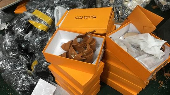 Hà Nội: Triệt phá kho hàng chứa hơn 3.000 giày dép nghi giả mạo loạt thương hiệu nổi tiếng  - Ảnh 3