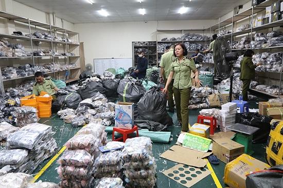 Hà Nội: Triệt phá kho hàng chứa hơn 3.000 giày dép nghi giả mạo loạt thương hiệu nổi tiếng  - Ảnh 1