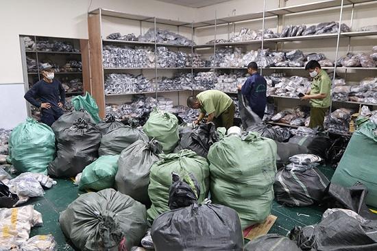 Hà Nội: Triệt phá kho hàng chứa hơn 3.000 giày dép nghi giả mạo loạt thương hiệu nổi tiếng  - Ảnh 2