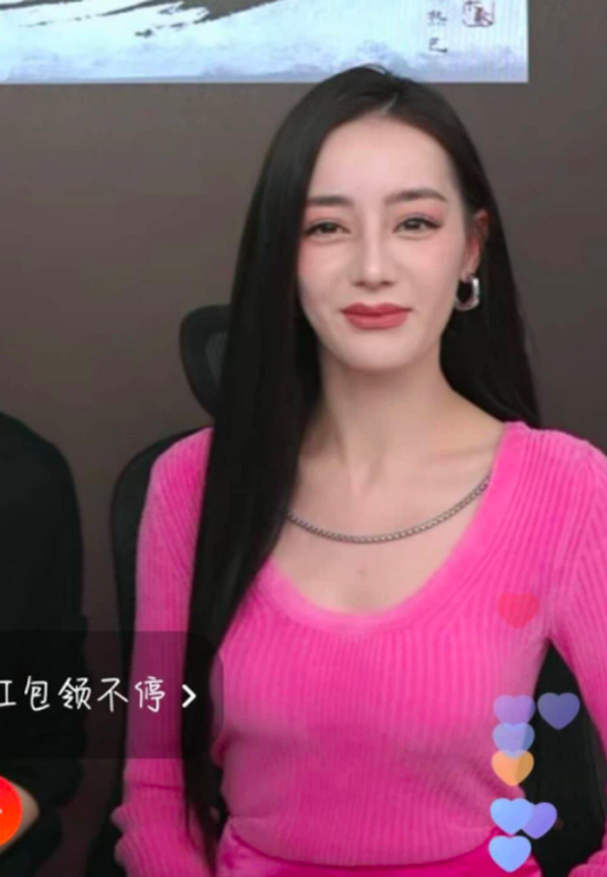 """Địch Lệ Nhiệt Ba lộ gương mặt """"cứng đờ"""" khi livestream, cộng đồng mạng nghi vấn """"bơm môi"""" - Ảnh 3"""