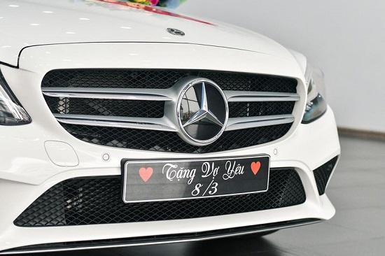 """Chồng """"nhà người ta"""" đặt xe sang Mercedes-Benz C200 từ Hà Nội về Hà Nam tặng vợ  - Ảnh 2"""