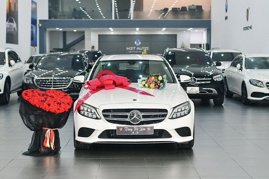 """Chồng """"nhà người ta"""" đặt xe sang Mercedes-Benz C200 từ Hà Nội về Hà Nam tặng vợ  - Ảnh 1"""