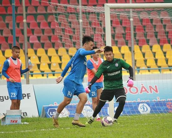 Cầu thủ CLB Than Quảng Ninh ra sân gặp Hà Nội sau khi được giải ngân 4,5 tỉ đồng  - Ảnh 1